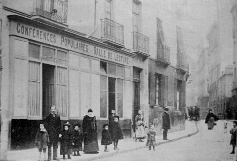 Le local de la Mission populaire à Nantes en 1902, 2, rue l'Héronnière. On reconnaît les devantures de la salle de conférences et de la salle de lecture. Devant la porte, le pasteur E. Leuba et sa famille.
